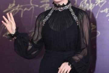 赵涛真是不老女神丸子头发型调配黑色连衣裙气场全开高档高雅