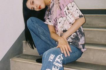 宋妍霏身穿披头士联名款T恤调配印字阔腿裤演绎复古幽默感