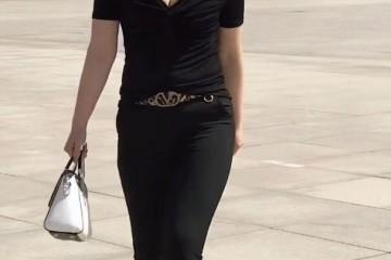 纯黑色装扮的城市美人展示出她高冷的表面